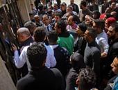 بالصور.. أهالى قتيل الدرب الأحمر يعتدون لفظيا على دفاع المتهم داخل قاعة المحكمة