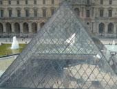 احتفالا بالذكرى الثلاثين لإنشائه.. فنان فرنسى يخفى الهرم الزجاجى بمتحف اللوفر