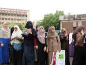 طالبات الإخوان بالأزهر يطلقن الشماريخ داخل الحرم الجامعى