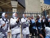 وقفة لممرضات مستشفى تأمين صحى السويس بسبب تعدى أسرة مريضة على زميلتهن