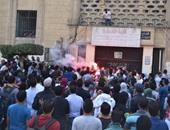 بالفيديو.. مسيرة لطلاب الإخوان تصل قبة جامعة القاهرة.. والأمن يغلق الأبواب بالحواجز
