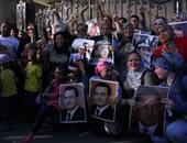 """بالفيديو.. مشادة بين سيدات """"آسفين يا ريس"""" بسبب تقبيل مبارك من """"فمه"""""""