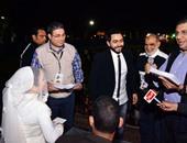 بالصور..تامر حسنى وعمرو الليثى يوزعان هدايا على  150عريسا وعروسا من الأيتام