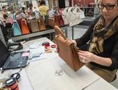"""بالصور.. كواليس تصنيع حقائب يد الماركة العالمية """"هيرميس"""""""