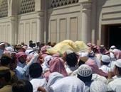 محمد العريفى ينشر صورا من جنازة الشيخ محمد أيوب إمام الحرم النبوى سابقاً