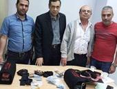 بالصور.. ضبط 90 كارت فك شفرة و30 سماعة تجسس داخل طرد بمطار القاهرة