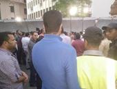 """حاملو الماجستير يهتفون أمام البوابة الرئيسية للبرلمان """"1.. 2 نواب الشعب فين"""""""