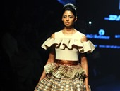 المنفوش رجع موضة.. بالصور الفساتين المنفوشة تتصدر عروض أزياء الهند