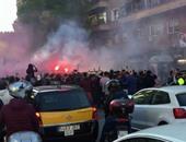 الكلاسيكو.. جماهير برشلونة تتحدى مشجعة مدريدية فى الطريق للملعب