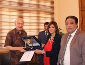 """آداب """"عين شمس"""" تكرم أستاذ البلاغة بالكلية لحصولة على جائزة الملك فيصل العالمية"""