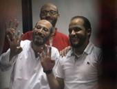 """بالفيديو..إيداع المتهمين بـ""""التخابر مع قطر"""" قفص الاتهام تمهيداً للنطق بالحكم عليهم"""