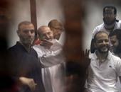 """المتهمون بـ""""التخابر مع قطر"""" يلتقطون صورا تذكارية داخل قفص المحكمة"""