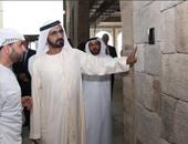 بالفيديو.. حاكم دبى ينتظر الإشارة الخضراء لعبور الطريق