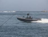 القوات البحرية تنقذ 13 بحارا على مركب يمنية بعد نشوب حريق بها قرب مرسى علم