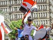 مواطنون يحملون ضابط شرطة ويرقصون على أنغام بشرة خير أمام الصحفيين