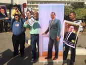 بالفيديو والصور.. أنصار مبارك يحتفلون بذكرى تحرير سيناء أمام مستشفى المعادى العسكرى
