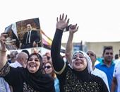 """مؤيدو الرئيس الأسبق أمام مستشفى المعادى: """"اصحى فوق مبارك هو أبوك"""""""