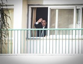 بالصور.. للمرة الثانية.. مبارك يخرج لتحية مؤيديه أمام مستشفى المعادى