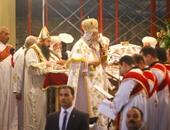 البابا تواضروس يشكر الرئيس على تهنئته بالعيد والكاتدرائية تشتعل بالتصفيق