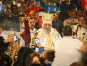 فى قداس القيامة.. البابا تواضروس يكسر البروتوكول ويبخر الشعب بنفسه.. والسيسى يوفد رئيس ديوانه للتهنئة.. و8 وزراء يشاركون فى الاحتفالات.. وحضور كثيف للجالية الإثيوبية والإريترية