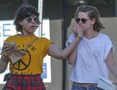 شاهد.. كريستين ستيوارت تقبل يد صديقتها سوكو