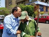محام يقبل رأس عامل نظافة ردا على تصريحات وزير العدل