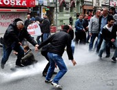بالفيديو والصور.. متظاهرون أتراك يقتحمون ميدان تقسيم وسط إسطنبول.. والشرطة تعتقل العشرات