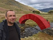 فنان بريطانى يصمم جسرا ورقيا بدون غراء أو مسامير.. جمد قلبك وعدى