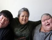 """صينية تترك عملها لترعى ابنيها التوأم المعاقين.. وتلقب بـ""""ملهمة القلوب"""""""