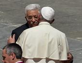 البابا فرنسيس يعانق أبومازن فى ختام طقوس تقديس الراهبتين الفلسطينيتين