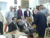بالفيديو.. رئيس جامعة الأزهر يقبل رأس طالب خلال تفقده سير الامتحانات