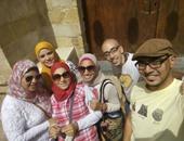 """بالصور.. """"تعالوا نعرف مصر"""" يزورون آثار شارع باب الوزير"""