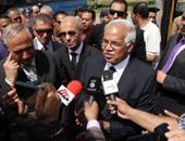 بالفيديو والصور..محافظ القاهرة يستقل أحد أتوبيسات النقل العام الجديدة ويتجول بها