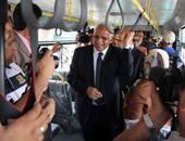 محافظ القاهرة يستقل أحد أتوبيسات النقل العام الجديدة