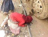تداول صورة لفتاة يمنية تعانى العطش وتشرب من أحد ثقوب ماسورة مياه