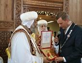 بالصور.. البابا يكرم عمدة جنوب هولندا بالصليب القبطى