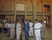 مدير شرطة النقل يفاجئ أفراد محطة السكة الحديد بالأقصر بزيارة تفقدية