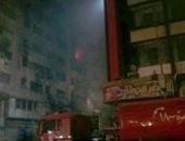 """بالفيديو..تجدد اشتعال النيران بأحد حجرات """"فندق الرويعى"""" بعد السيطرة على الحريق"""