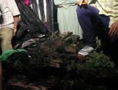 مواطنون يساعدون الحماية المدنية فى رفع بضائع نجت من حريق الغورية