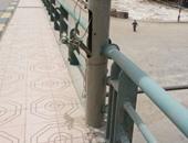 بالصور.. أسلاك كهرباء مكشوفة تهدد المارة على كوبرى بمدخل الفيوم