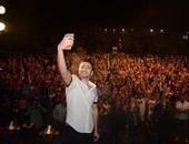 """بالصور.. حمادة هلال يحتفل بالربيع بـ""""سيلفى"""" مع جمهوره فى التجمع الخامس"""