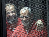 """متهم بـ""""فض اعتصام رابعة"""" يطعم محمد بديع """"زبادى"""" داخل القفص قبل بدء الجلسة"""