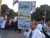 """بالصور.. لافتات """"ممنوع دخول الإخوان"""" تتصدر مسيرة لتأبين ضحايا الطائرة"""