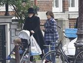 بالصور.. آديل فى جولة سياحية مع ابنها أنجلو فى أمستردام