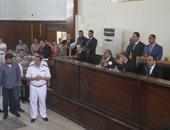 """بالفيديو..رفع جلسة محاكمة المتهمين بـ""""فض رابعة"""" بسبب حالة هرج ومرج بالقفص"""