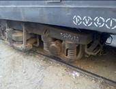 """سحب عربات قطار """"الزقازيق - طنطا"""" لمحطة زفتى تميهدًا لرفع الجرار على القضبان"""