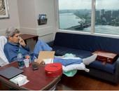 وزير الخارجية الأمريكى ينشر صورته على الفراش بعد كسر قدمه