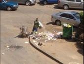 """""""واتس آب اليوم السابع"""": عامل نظافة يلقى القمامة بالشارع فى مصر الجديدة"""