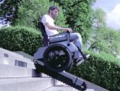 بالفيديو.. كرسى متحرك جديد يمكنه صعود ونزول السلالم كالدبابات
