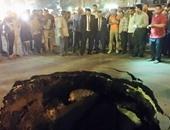 بالصور.. انهيار جزئى يتسبب فى حفرة بقطر مترين بشارع عمر المختار بالمطرية